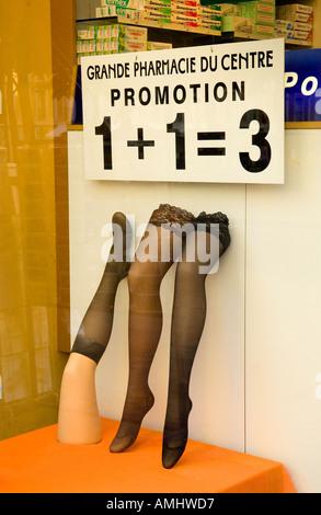 L'un plus un font trois facteur de promotion dans le centre-ville de Rouen en Normandie France fenêtre pharmacie Banque D'Images