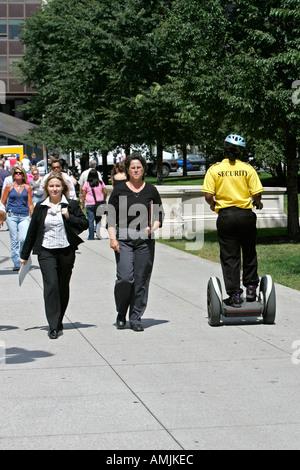 Gardien de sécurité de Millennium Park rides Segway Transporter sur Michigan Avenue Chicago Illinois Banque D'Images