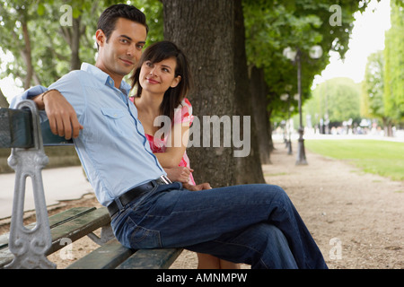 Couple Sitting on Park Bench Banque D'Images