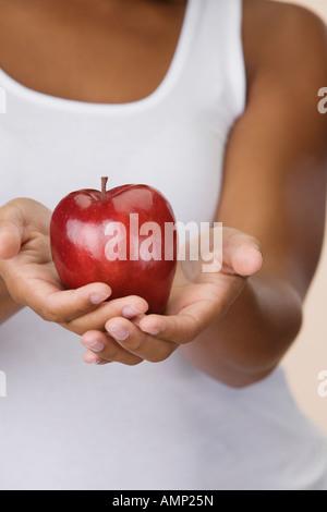 Close up of apple en African woman's hands Banque D'Images