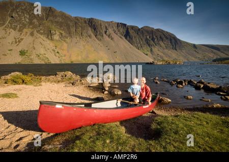 Père et Fils en rouge ci-dessous les pierriers, bateau, le Wastwater Lake District, Cumbria, England, UK Banque D'Images