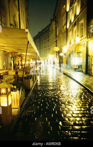 Scène de rue la nuit, Prague, République Tchèque Banque D'Images