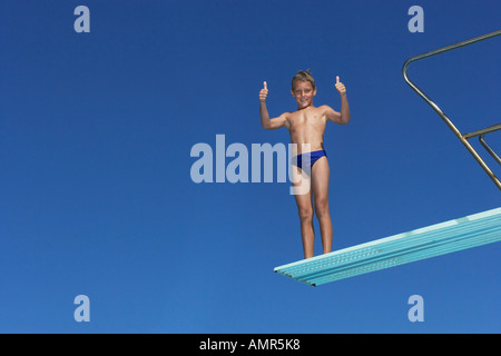 Boy on Diving Board Banque D'Images