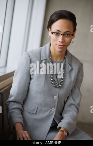 African businesswoman wearing necklace Banque D'Images