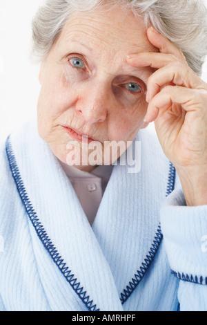 Portrait d'une femme âgée avec maux de tête Banque D'Images
