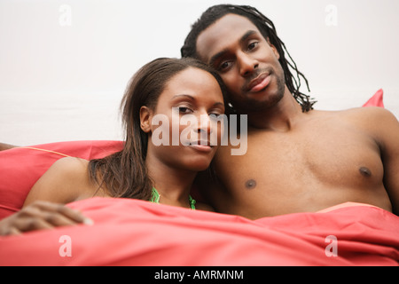 African couple sitting in bed Banque D'Images