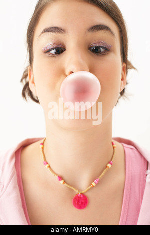 Girl Blowing Bubble Banque D'Images