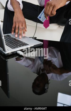 La réflexion de l'homme africain dans le tableau Banque D'Images