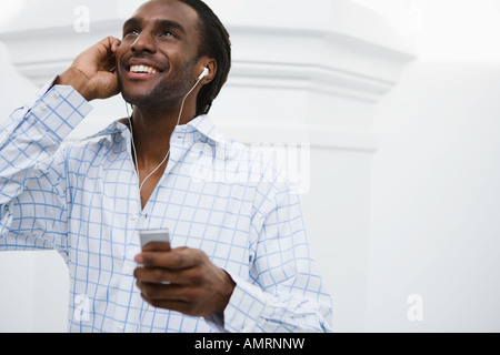 African man listening to mp3 player Banque D'Images
