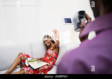 L'homme de l'Afrique de l'amie d'enregistrement vidéo Banque D'Images