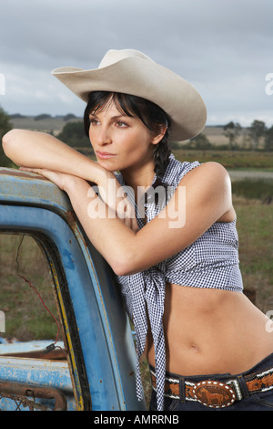 Portrait of Woman Leaning on Camionnette Banque D'Images