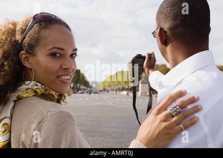 African couple taking photograph Banque D'Images
