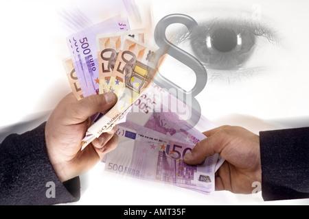 Deux hommes holding euro note, oeil regardant, curruption Banque D'Images