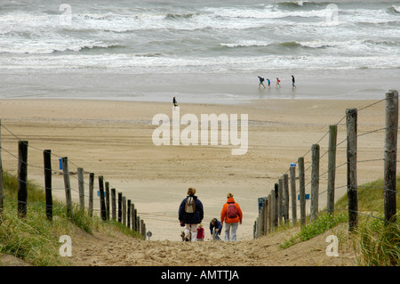 Famille avec enfants est de marcher à travers les dunes de la plage, Katwijk aan Zee, Pays-Bas du Sud, Hollande, Banque D'Images