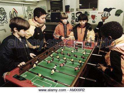 Les enfants jouent au baby-foot Banque D'Images
