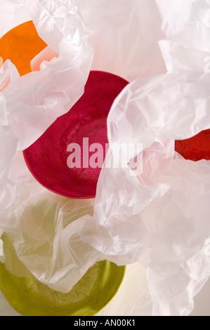 Ensemble de papier mâché bols multicolores, enveloppé dans du papier de soie blanc pour un cadeau. Tourné sur un Banque D'Images