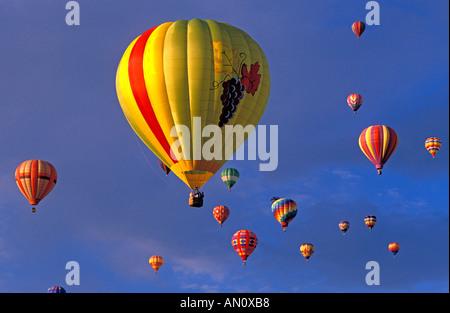 Ballons à air chaud à la hausse dans l'aube la lumière à l'International Balloon Fiesta Albuquerque au Nouveau Mexique Banque D'Images