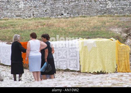 La femme albanaise vivant dans la vieille ville traditionnelle de vente tissu brodé fait main. Berat la citadelle vieille ville fortifiée. L'Albanie, des Balkans, de l'Europe.