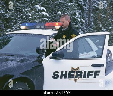Un agent de police federale prend part à un barrage routier sur une autoroute enneigée près de Klamath Falls Oregon
