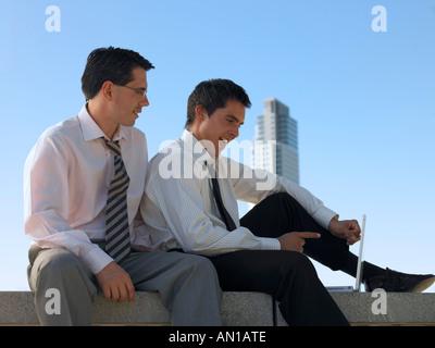 Deux hommes ayant un rire ensemble Banque D'Images