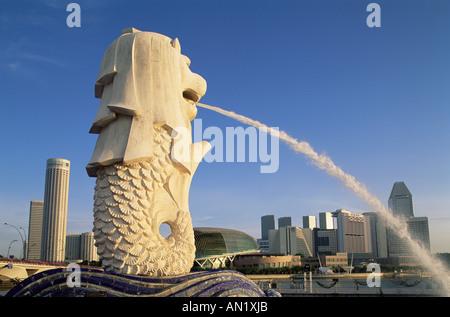 Singapour, statue du Merlion et de Suntec City Skyline