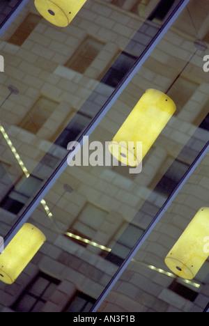 La réflexion de mur rideau en verre de bâtiment en pierre avec vue sur l'intérieur Banque D'Images