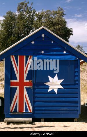 Cabane de plage sur la plage de Brighton, à Melbourne en Australie avec drapeau australien peint comme design Banque D'Images
