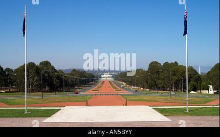 ANZAC parade une vue en direction de la Maison du parlement à Canberra en Australie. Banque D'Images