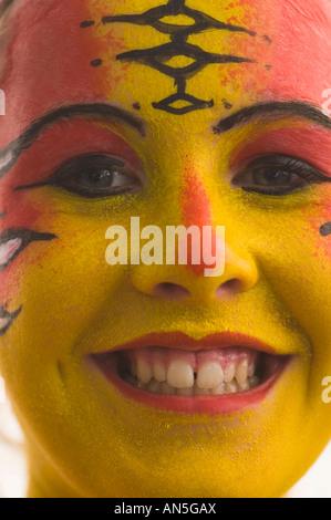 Belle Blue Eyed Girl jaune avec la peinture pour le visage Banque D'Images