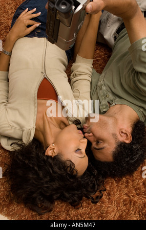 Portrait d'un couple s'embrasser eux-mêmes l'enregistrement vidéo Banque D'Images