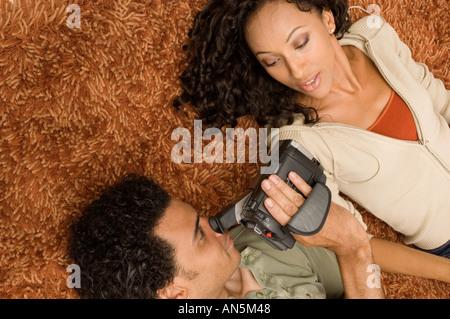 Portrait d'un couple eux-mêmes l'enregistrement vidéo Banque D'Images