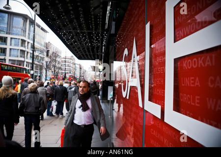 Vente sign in shop window sur Oxford Street Banque D'Images