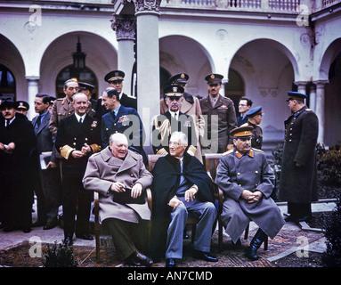 Conférence de Yalta en février 1945 . Assis de gauche à droite: Churchill, Roosevelt et Staline. Voir la description Banque D'Images