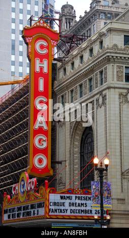 Le célèbre théâtre de Chicago avec le signe bien connu situé au centre-ville de Chicago, Illinois USA Banque D'Images