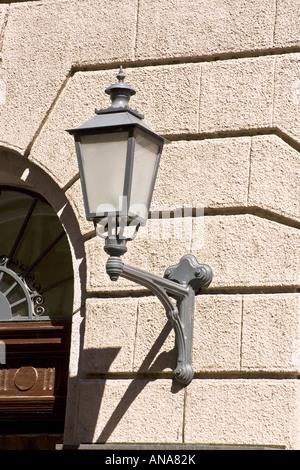 Lanterne sur le mur Banque D'Images