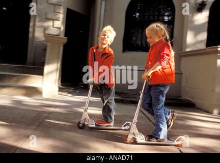 Garçon et fille sur scooter Banque D'Images