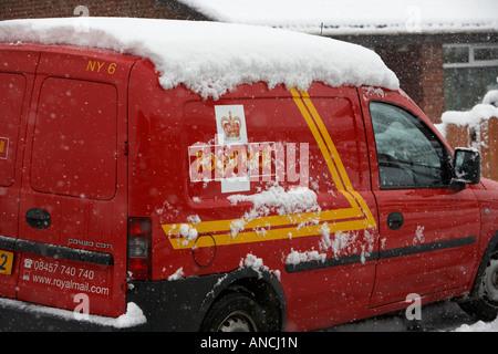 Royal mail delivery van couvertes de neige parqué au cours de tournées de livraison de courrier Banque D'Images