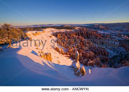 Des centaines de cheminées dans l'amphithéâtre de Bryce Canyon en Utah sont couvertes de neige fraîche après une forte tempête de neige.