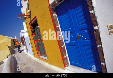 Architecture colorée de rues étroites sur l'île de Santorin en Grèce Banque D'Images