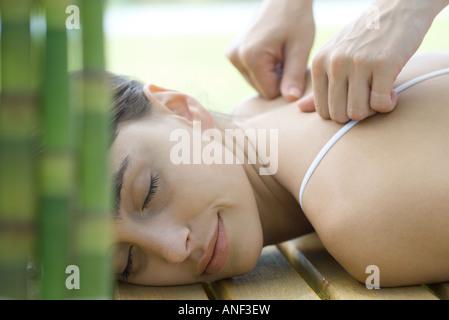 Woman receiving back massage Banque D'Images