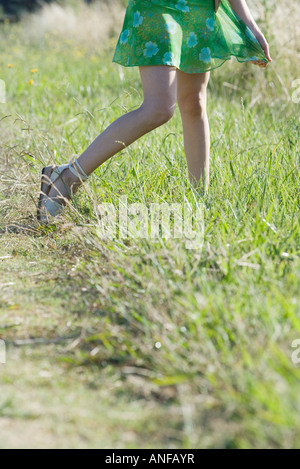 Young woman standing in field, cropped view Banque D'Images