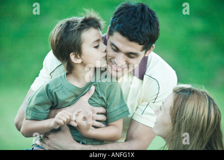 Garçon avec les parents, en l'embrassant sur la joue père Banque D'Images