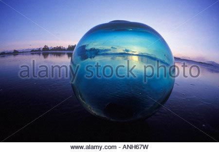 Flotteur de pêche en verre japonais (bille de verre) de la côte ouest un trésor beachcomber, British Columbia, Canada. Banque D'Images
