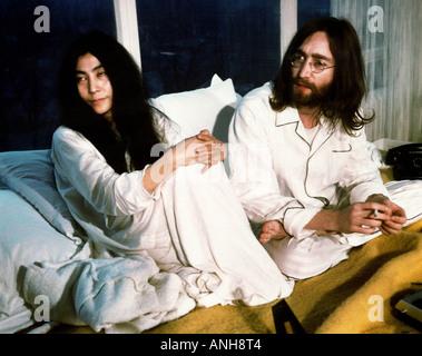 BEATLES John Lennon et Yoko Ono au cours de leur longue semaine lit dans pour la paix à l'Hôtel Reine Elizabeth Banque D'Images