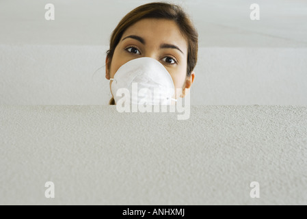 Femme portant un masque de la pollution, à la corniche sur at camera Banque D'Images