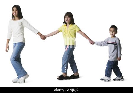 Trois enfants holding hands Banque D'Images