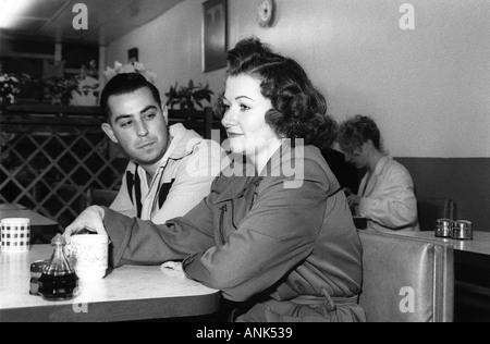 Couple prendre une pause au café rétro à Hemsby festival rock n roll Banque D'Images