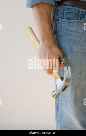 Man holding hammer and nails Banque D'Images