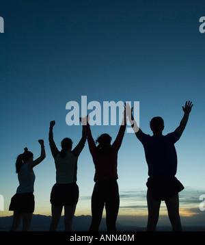 Silhouette de personnes avec bras levés, Salt Flats, Utah, United States