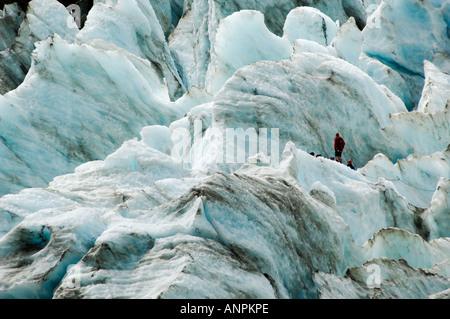 Groupe de la randonnée à travers les crevasses du glacier Franz Josef, Nouvelle-Zélande Banque D'Images